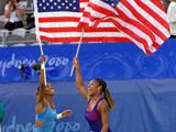 威廉姆斯姐妹挥舞国旗