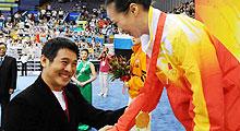 李连杰为奥运会武术比赛冠军颁奖