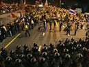 泰国警察与示威者对峙