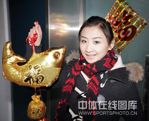 图文:蹦床美女拍摄新年照片 何雯娜笑容迷人