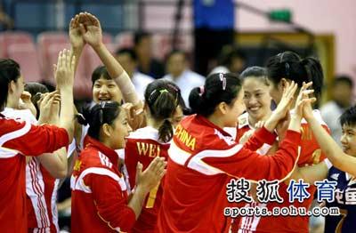 中国女排队员击掌相庆