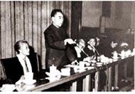 周恩来总理出席林巧稚教授(左一)主持的中华全 国第一届妇产科学术会议