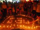 人们围在蜡烛点燃的地方