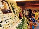 两名儿童向前总统金大中的遗像献花